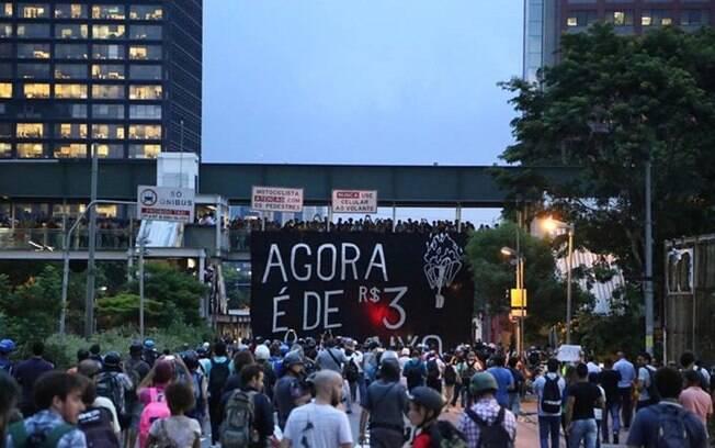 Faixa erguida na Rua Eusébio Matoso em frente a shopping da zona oeste, nesta terça-feira (27)