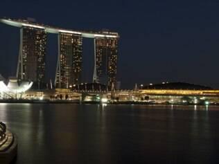 Marina Bay com as três torres e o museu em forma de flor-de-lótus