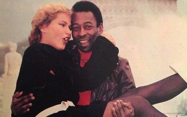 Xuxa no colo de Pelé, em Paris