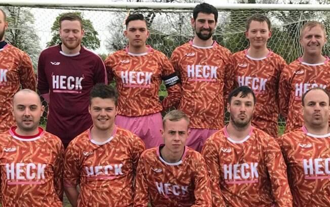 Camisa da temporada passada do Bedale, clube inglês, tinha várias linguiças