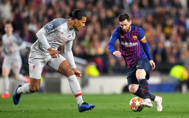 Lionel Messi encara Van Dijk