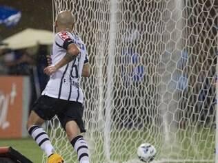 Fábio Santos abriu o placar a ajudou o Timão a vencer