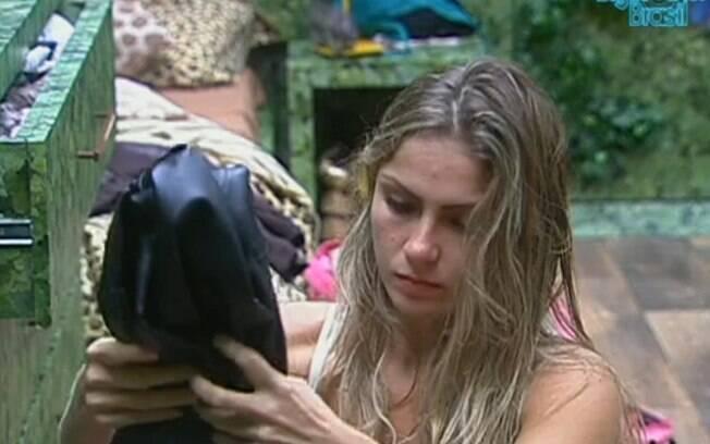 Renata arruma suas malas no Quarto Selva
