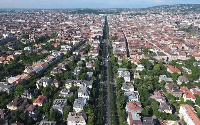 A Avenida Andrassy é conhecida como a principal rua de Budapeste, onde estão localizados casarões e lojas de grife