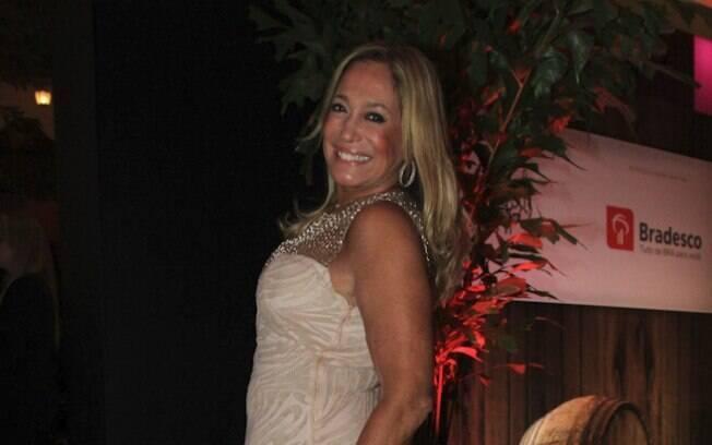 Simpática, Susana Vieira posou sorridente para as fotos sozinha...