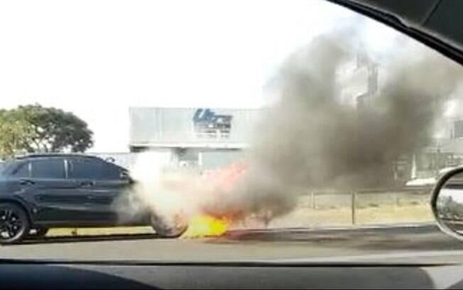 Carro pega fogo na Anhanguera, em Sumaré, e gera congestionamento