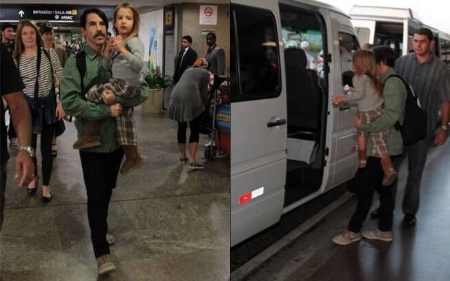 O vocalista da banda Anthony Kiedis chega com o filho no colo