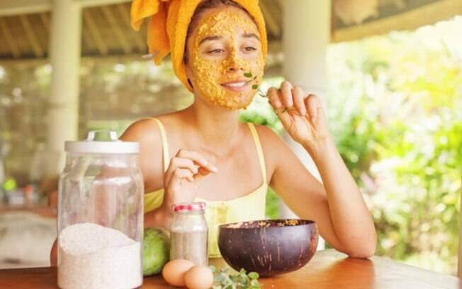 As máscaras faciais feitas em casa também funcionam tanto quanto as industrializadas e utilizam os mesmos ativos