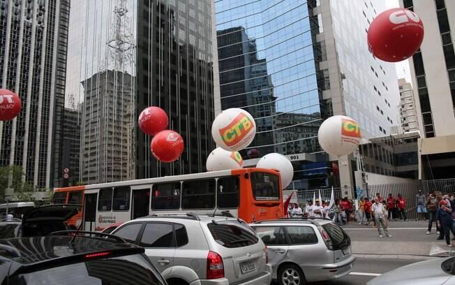 Ato atrapalha trânsito na avenida Paulista, em SP. Foto: Renato S. Cerqueira/Futura Press - 3.10.15