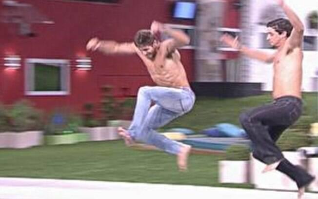 Brothers pulam na piscina para comemorar a permanência de Jonas