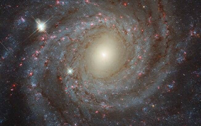 Galáxia distante equivale à metade da Via Láctea, mas, para os cientistas, se destaca por conta de sua beleza e estrutura