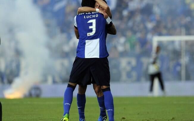 Lucho González abraça João Moutinho durante a  vitória que deu o tricampeonato português ao  Porto