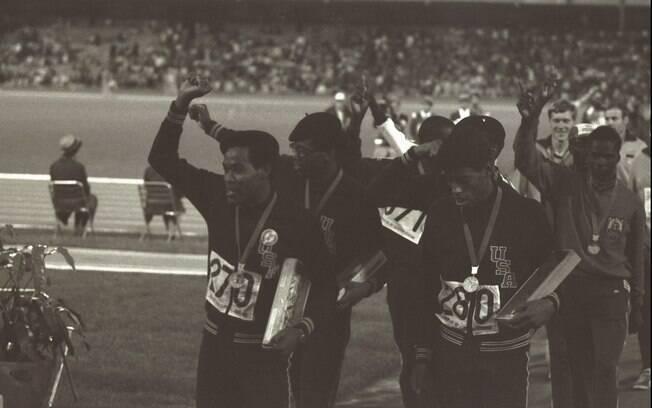 A equipe americana que venceu o revezamento dos 400m, batendo o recorde e erguendo os punhos