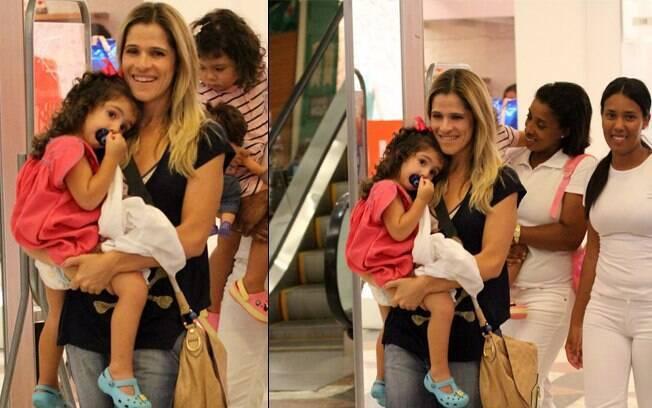 Ingrid Guimarães foi passear no shopping com a filha na tarde deste domingo (29)