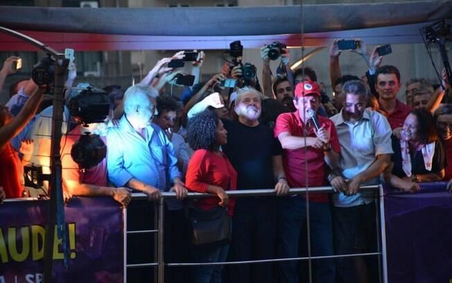 Decisão do magistrado ordenando a apreensão do passaporte do ex-presidente Lula foi assinada na quinta-feira
