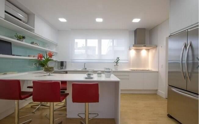 Uma cadeira vermelha é suficiente para tirar a monotonia de sua cozinha