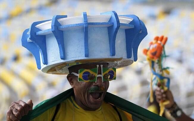 Torcedor exibe chapéu com o formato do  Maracanã