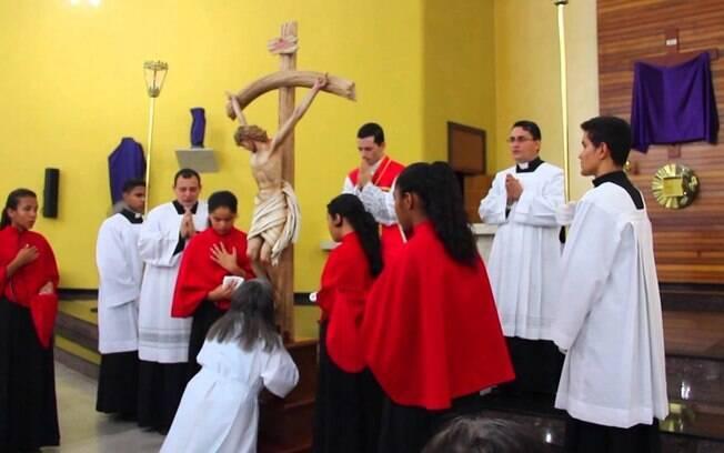 O tradicional beijo na cruz e na Virgem, durante a Semana Santa, poderá ser cancelado na Espanha