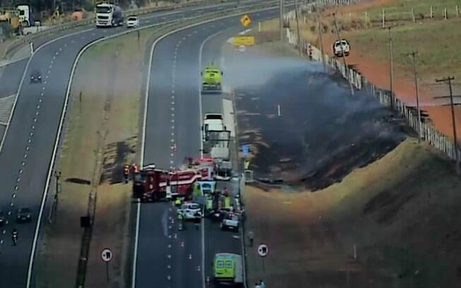 Incêndio bloqueia pista da Rodovia Zeferino Vaz, em Paulínia