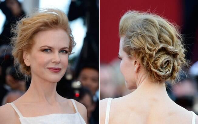 O coque de Nicole Kidman é diferente. Em vez de usar a trança para formar o coque, ela apenas adorna e desenha o penteado