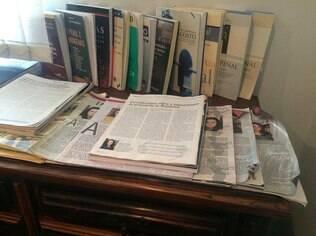 Artigos de Janaina Paschoal decoram o escritório que a advogada divide com duas irmãs em SP