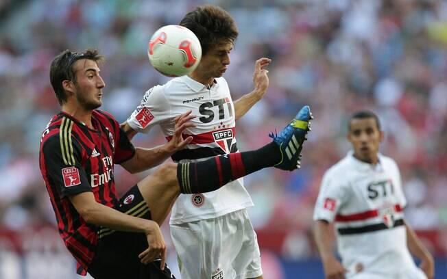 Rodrigo Caio e Cristante disputam a bola pelo  alto