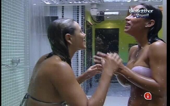 Kelly e Fabiana tomam um bom banho