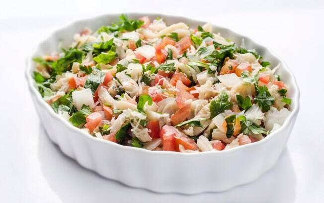 A salada de bacalhau é uma ótima pedida para quem quer continuar com o clima de Páscoa em casa e sem gastar muito; veja mais receitas