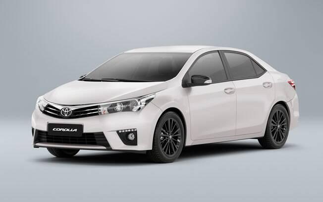 Baseado na versão XEi, o Toyota Corolla Dynamic aposta em rodas e interior na cor preta, além de trazer as inéditas luzes diurnas de LED no para-choque.