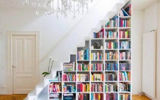 Já pensou em ter um cantinho da leitura embaixo da escada? Se houver bastante espaço, coloque almofadas e faça a festa