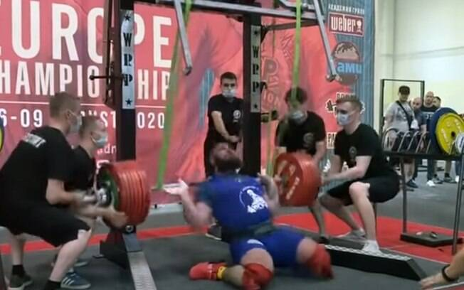 Atleta cai ao tentar levantar o peso