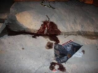 Sangue ainda estava exposto na casa do amigo da vítima no início da noite de ontem