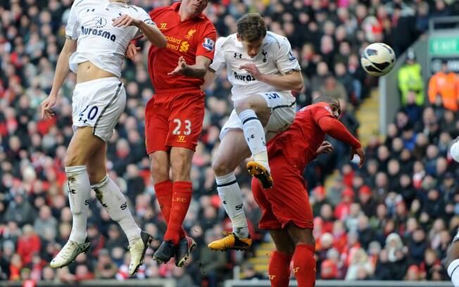 Vertonghen sobe de cabeça para marcar  gol do  Tottenham na derrota para o Liverpool
