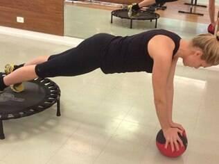 Ana Hickmann demonstra força e equilíbrio