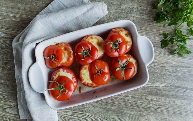 Você pode usar diversos ingredientes para rechear os tomates