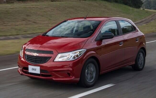 Versão de entrada, o Chevrolet Onix Joy aposta em menos itens e design pré-facelift para substituir o Celta