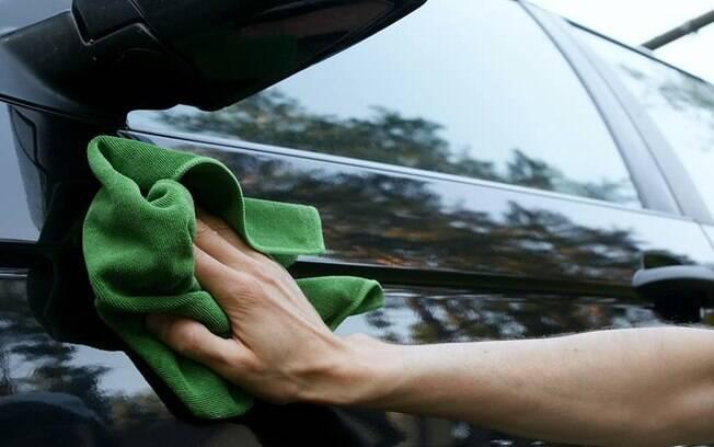 Com um pouco de paciência, é possível lavar o carro com apenas 400 ml de água, ajudando a economizar em tempos de crise hídrica.