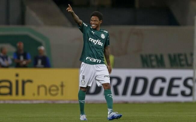 Luiz Adriano fez os três gols da vitória palmeirense sobre o Guaraní