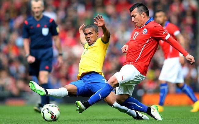 Apesar de se tratar de um amistoso, Brasil e Chile fizeram um jogo pegado e de marcação forte. Foto: Getty Images/Paul Gilham