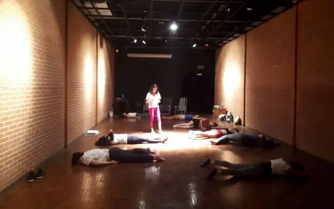 A bailarina Thiane Nascimento promove encontros de estudo da percepção e movimentação da pelve