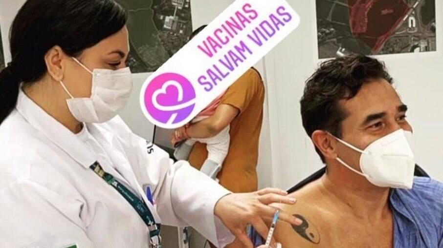 Luciano Szafir recebe primeira dose de vacina