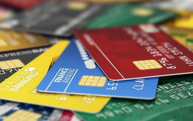 Juros dos cartões de crédito estão um pouco abaixo dos juros do cheque especial, mas seguem próximos dos 300%