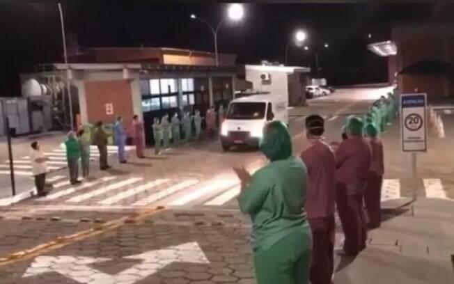 Corpo de Douglas Barbosa foi retirado do hospital sob aplausos