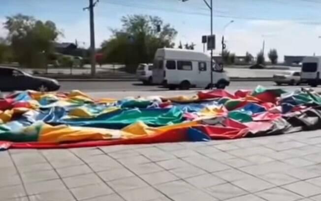Brinquedo e crianças foram arrastadas pelo vento, na Rússia