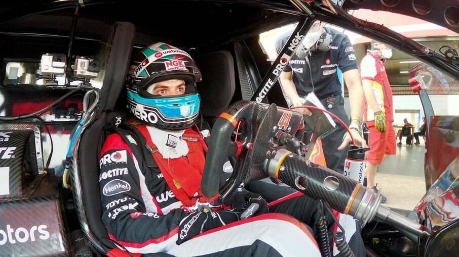 Bruno Baptista dentro do Corolla de Stock Car, antes da largada, em uma das categorias mais competitivas do automobilismo