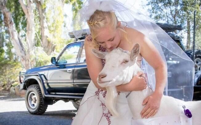 A noiva é apaixonada por cabras e, no dia do casamento, utilizou Lilly, de oito anos, para poder levar as alianças até o altar
