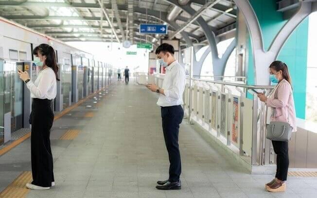 Pessoas seguindo as regras de distanciamento social no transporte público