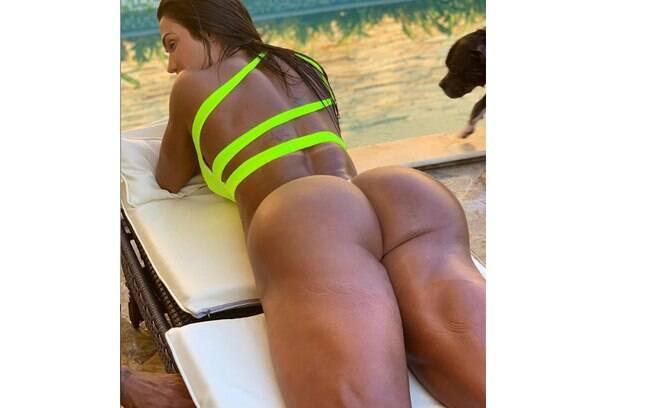 Gracyanne Barbosa impressiona com bumbum na nuca