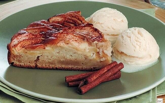 Torta de maçã e canela com sorvete prática e saborosa