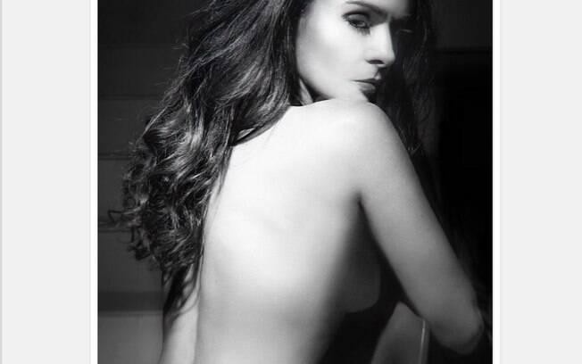 Cláudia Ohana arranca suspiros com foto de ensaio sensual